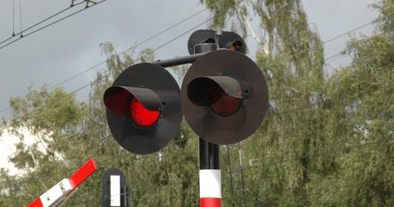 O krok od katastrofy kolejowej w Myszkowie w Śląskiem. Na strzeżonym przejeździe kolejowym Myszków-Nowa Wieś dróżnik nie opuścił w porę szlabanów. Maszynista w ostatniej chwili zatrzymał jadący tam pociąg pasażerski. Teraz dróżnik czeka na postawienie mu zarzutów.