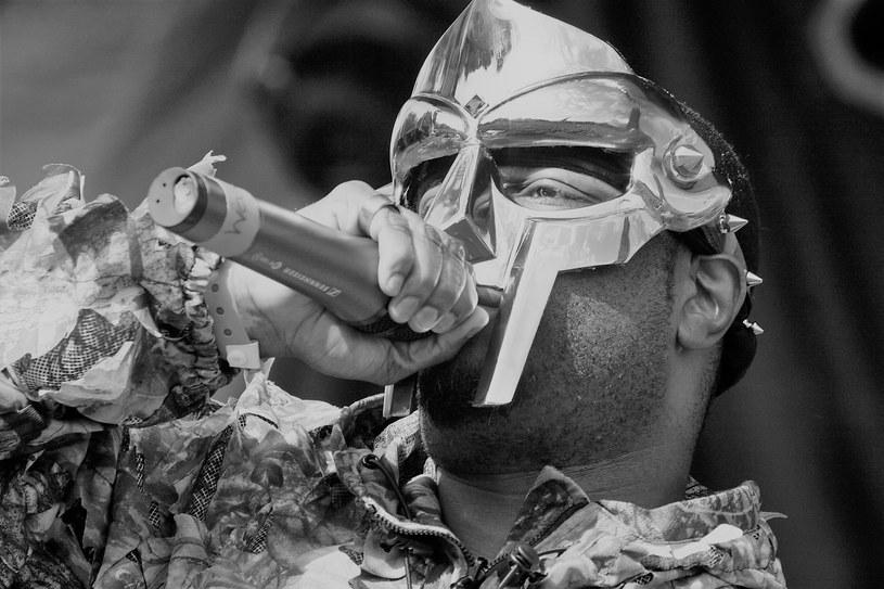 Urodzony w Wielkiej Brytanii pionier rapu, MF Doom zmarł w wieku zaledwie 49 lat. O jego śmierci żona poinformowała dopiero po dwóch miesiącach.