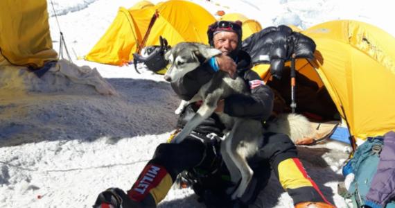 Waldemar Kowalewski, jeden z uczestników międzynarodowej wyprawy, której celem jest wejście na K2 (8611 m) w Karakorum, zostanie ewakuowany z bazy śmigłowcem. Taką informację przekazał jego brat Michał. Jeden z uczestników wyprawy przekazał, że Polak zachorował. Nie podał jednak żadnych szczegółów. K2 w Karakorum to drugi pod względem wysokości szczyt świata, na którym zimą nie stanął człowiek.