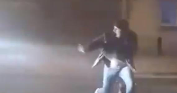 40-letni mężczyzna próbował w sylwestrową noc odpalić fajerwerki na środku ulicy Poznańskiej w Kościanie. Został potrącony przez busa, trafił do szpitala z urazem obojczyka. Nagranie tego wypadku, opublikowane na Twitterze, obiegło internet.