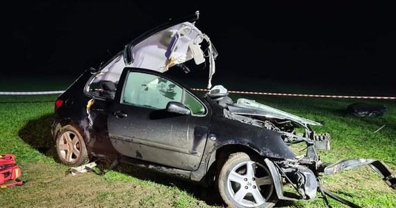 Policja wyjaśnia okoliczności śmiertelnego wypadku, do którego doszło w nocy w miejscowości Sulmów pow. sieradzki. Samochód, którym podróżowało pięć osób uderzył w drzewo. Ranna w wypadku 17-letnia dziewczyna zmarła w szpitalu. 18-letni kierowca miał prawo jazdy zaledwie od kilku tygodni.