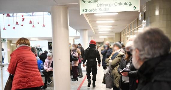 Kilkaset osób trzeba było ewakuować z budynku Instytutu Centrum Zdrowia Matki Polki w Łodzi. W poniedziałek rano pojawił się tam ogień. Zapalił się szacht instalacyjny, czyli tunel z kablami między piętrami.