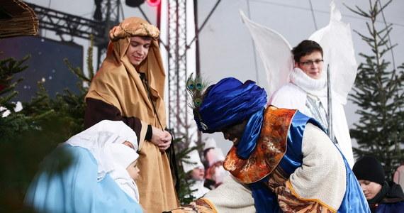 6 stycznia chrześcijanie obchodzą święto Trzech Króli zwane także Objawieniem Pańskim. Jest to dzień wolny od pracy, nie działają sklepy. Dzień wolny mają też mieszkańcy Święto trzech niemieckich landów, Austrii, Cypru, Chorwacji, Finlandii, Grecji, Hiszpanii, Słowacji, Szwajcarii, Szwecji, Wenezueli i Włoch. Prawosławni świętują wówczas Boże Narodzenie.  W kościele jest to święto nakazane, czyli wierni są zobowiązani do uczestnictwa w mszy.