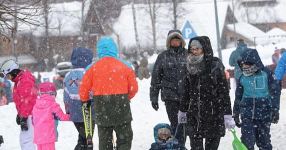 """""""W poniedziałkowym rozporządzeniu Rady Ministrów będzie dopuszczona możliwość przebywania dzieci na świeżym powietrzu w godz. 8-16 bez opieki ze strony dorosłych"""" - zapowiedział szef resortu zdrowia Adam Niedzielski."""