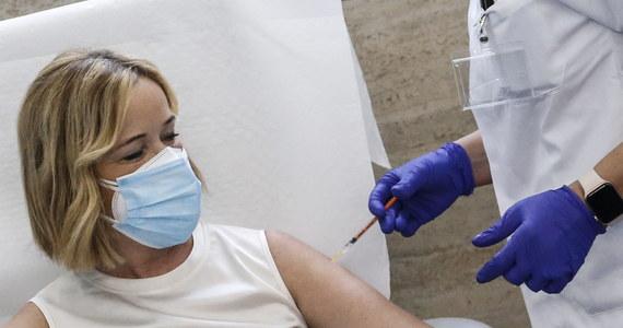 26 dawek szczepionki na Covid-19 zostało do tej pory zutylizowanych - przyznaje minister Michał Dworczyk z kancelarii premiera. Wylicza, że razem z dzisiejszą dostawą do Polski łącznie dotarło 670 tys. dawek szczepionki firmy Pfizer. Do tej pory zaszczepionych zostało w Polsce 50 tys. 391 osób. Na razie nie wiadomo, kiedy ruszy akcja powszechnego szczepienia Polaków. Rząd gotowy jest wtedy zaszczepić 3,5-4 mln osób miesięcznie. W tej chwili szczepieni są ludzie z grupy zero, do której należą przede wszystkim pracownicy służby medycznej.