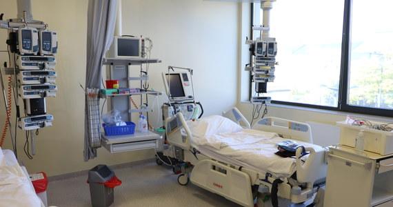 W najbliższym czasie liczba łóżek przeznaczonych na walkę z covidem zostanie zmniejszona do 30 tys. - poinformował minister zdrowia Adam Niedzielski. Akcja nie obejmie woj. kujawsko-pomorskiego, zachodniopomorskiego i warmińsko-mazurskiego, bo rośnie tam liczba zachorowań.