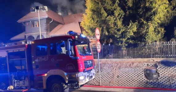 Policja formalnie rozpoczyna dochodzenie w sprawie noworocznego pożaru w jednym z drewnianych domów w Istebnej w Beskidach. Przebywało tam 19 osób. Nikomu nic się nie stało. Sprawą zajmie się też sanepid, ponieważ dom – mimo obostrzeń związanych z epidemią koronawirusa – mógł być wynajmowany.