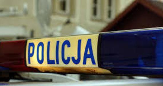 Prokurator z Nowego Dworu Mazowieckiego przedstawił zarzut zabójstwa 32-letniemu mężczyźnie, który w ostatnią noc grudnia miał zadać śmiertelne ciosy nożem sąsiadowi. Wcześniej pokrzywdzony miał zwrócić sprawcy uwagę, by nie strzelał petardami przed blokiem.