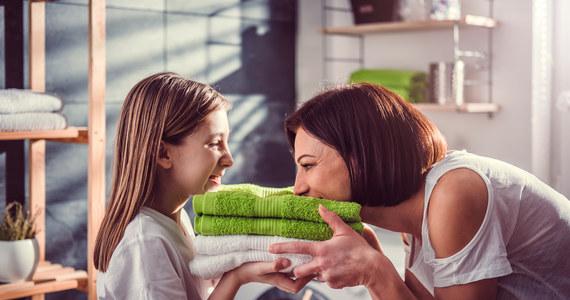 Pralko-suszarka to urządzenie, które dziś znajduje się na każdej liście sprzętów niezbędnych w nowo urządzanym domu lub tam, gdzie myśli się o wymianie zwykłej pralki. Nic dziwnego, że pralka z suszarką cieszy się coraz większym zainteresowaniem. W końcu pranie i suszenie nigdy wcześniej nie było tak wygodne, jak teraz. Zatem, jaką pralko-suszarkę wybrać?