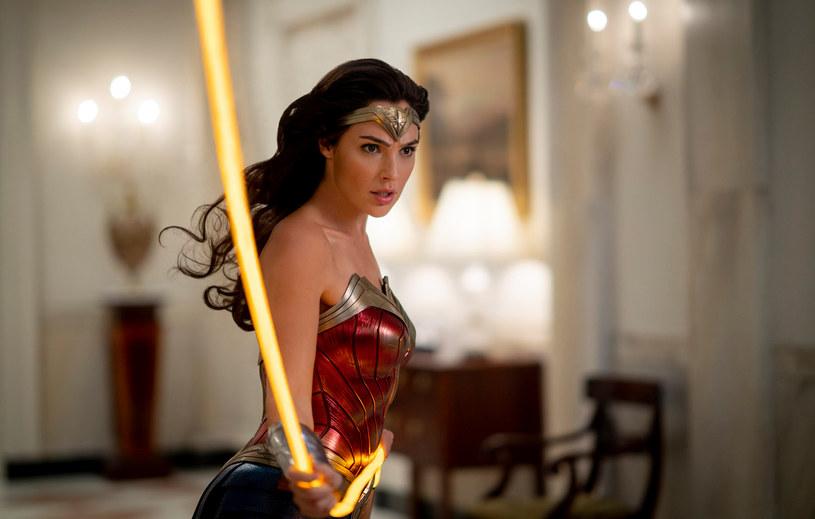 """Drugi weekend wyświetlania filmu """"Wonder Woman 1984"""" w północnoamerykańskich kinach przyniósł studiu Warner Bros. 5,5 miliona dolarów zysku. Dodając do tego 10 milionów dolarów wpływów z innych krajów, dzieło Patty Jenkins zarobiło już 118,5 miliona dolarów. I choć kwota ta wygląda obiecująco, to faktem jest duży spadek liczby widzów. W porównaniu do pierwszego weekendu wyświetlania film obejrzało o 67 proc mniej osób. A to może oznaczać, że przygoda """"Wonder Woman 1984"""" w północnoamerykańskich kinach za długo nie potrwa."""