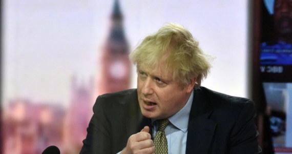 Brytyjski premier Boris Johnson ogłosił w poniedziałek wieczorem natychmiastowe wprowadzenie ogólnokrajowego lockdownu w Anglii. Przywrócony zostaje zakaz wychodzenia z domów z wyjątkiem kilku wyszczególnionych przypadków.
