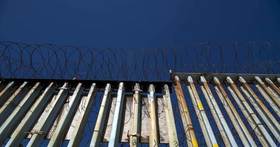 Imigrantka z Hondurasu urodziła dziecko po meksykańskiej stronie mostu łączącego ten kraj ze Stanami Zjednoczonymi. Służby graniczne USA ostrzegały, że usiłuje ona przekroczyć nielegalnie granicę.