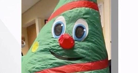 Pracownik szpitala w San Jose w stanie Kalifornia w nadmuchiwanym stroju świątecznym spowodował zakażenie koronawirusem 44 osób z personelu tej placówki. Jedna z nich zmarła. Zdaniem ekspertów rozsiewać kropelki z Covid-19 mógł wentylator wewnątrz kostiumu.
