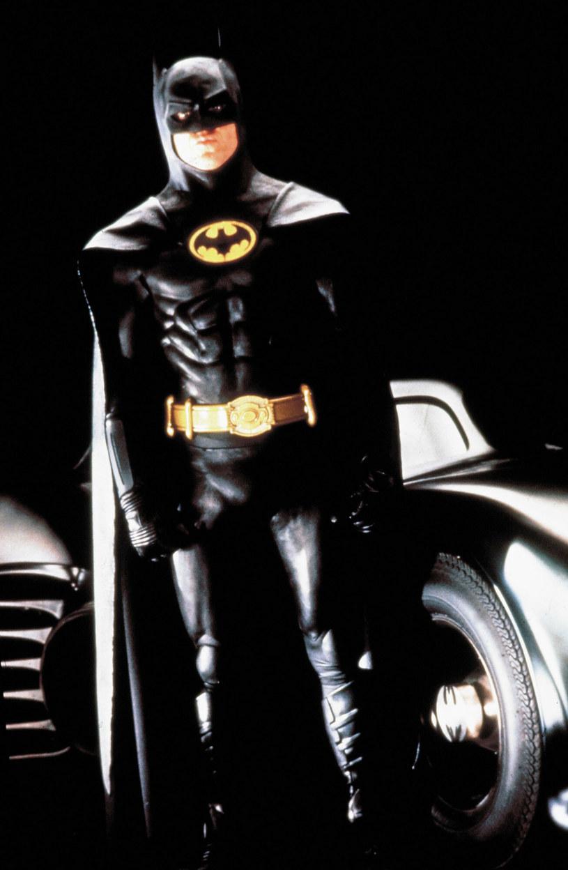 """Choć sam Michael Keaton nie potwierdził jeszcze oficjalnie, że ponownie wcieli się w postać Batmana w powstającym filmie """"The Flash"""", nowe doniesienia każą przypuszczać, że tak się stanie. A jeśli do tego dojdzie, nie będzie to jego jednorazowy powrót do roli Człowieka-Nietoperza. Niewykluczone, że Batman w interpretacji Michaela Keatona przeleci nad Gotham City w nowej serii filmów o Batmanie."""
