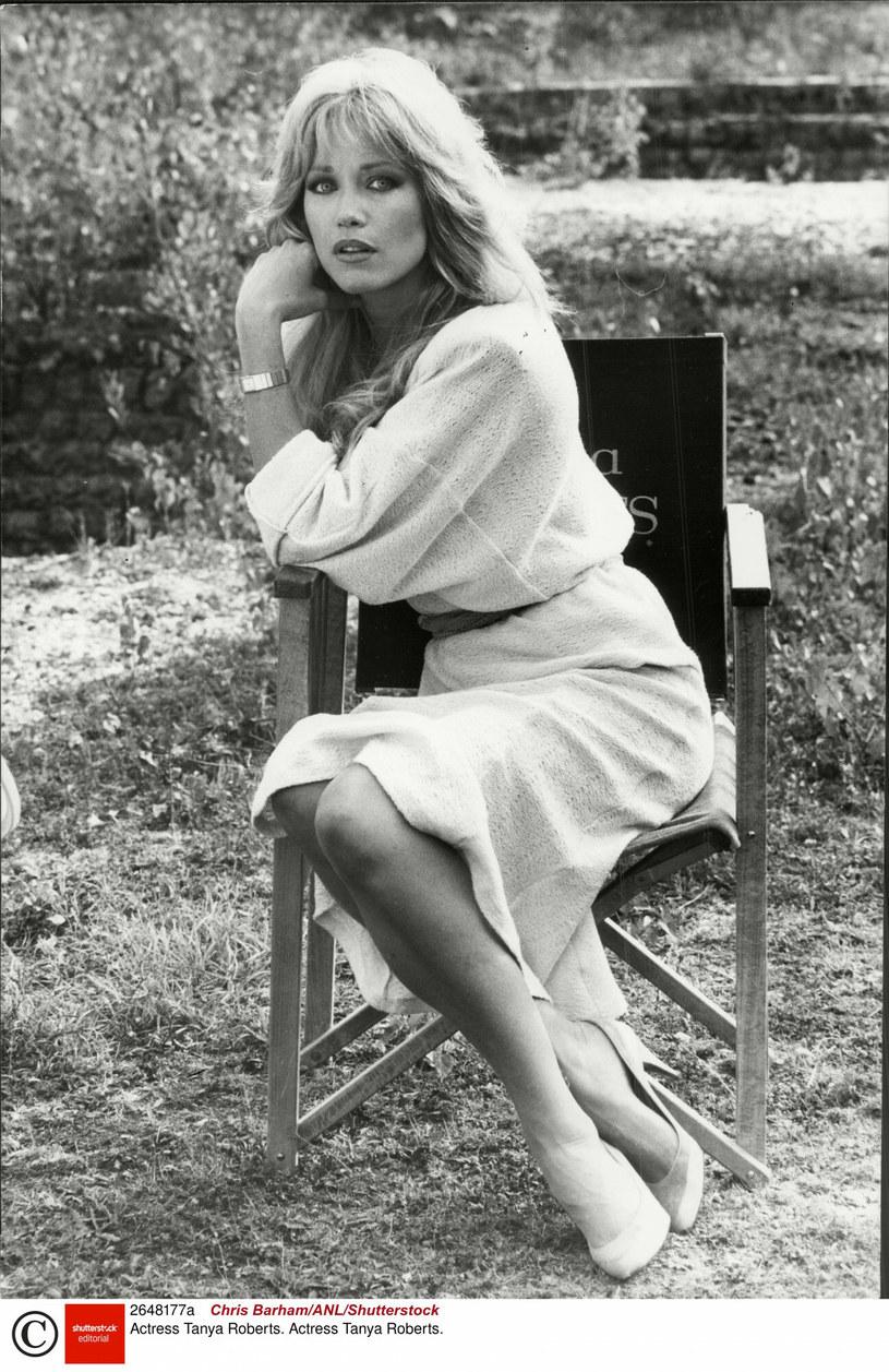 """Zmarła Tanya Roberts, gwiazda amerykańskiego kina lat 80. XX wieku, aktorka znana najbardziej z roli dziewczyny Jamesa Bonda w filmie """"Zabójczy widok"""". Miała 65 lat. Gwiazda odeszła we wtorek nad ranem, dokładnie dobę po tym, jak media... przedwcześnie poinformowały o jej śmierci."""