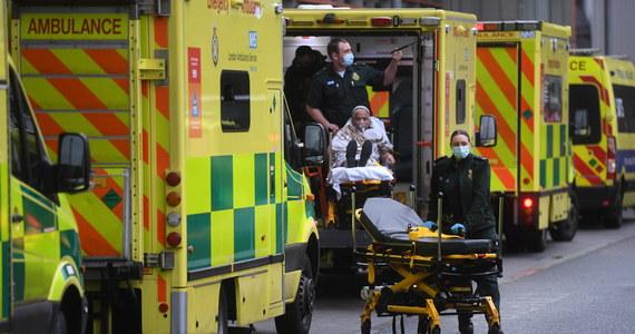 Aż 60 916 zakażeń koronawirusem wykryto w ciągu minionej doby w Wielkiej Brytanii, co jest kolejnym w ostatnich dniach rekordowym bilansem - poinformował we wtorek po południu brytyjski rząd. Zarejestrowano też 830 zgonów w związku z Covid-19.