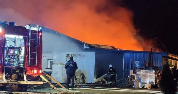 Nad ranem przy ulicy Szkolnej w Przeciszowie doszło do pożaru tartaku. Strażakom udało się opanować ogień. Jedynym poszkodowanym jest ratownik, który w czasie akcji skręcił nogę.