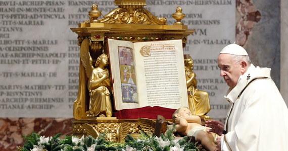 """""""Nie pozwólmy, aby znużenie, upadki i porażki pogrążyły nas w przygnębieniu"""" - apelował papież Franciszek w homilii podczas mszy w uroczystość Objawienia Pańskiego. Podkreślał, że życie nie jest """"demonstracją zdolności"""", ale podróżą ku Bogu. Przestrzegał także przed fascynacją """"fajerwerkami ekshibicjonizmu"""" i apelował o to, by szukać tego, co nie przemija."""