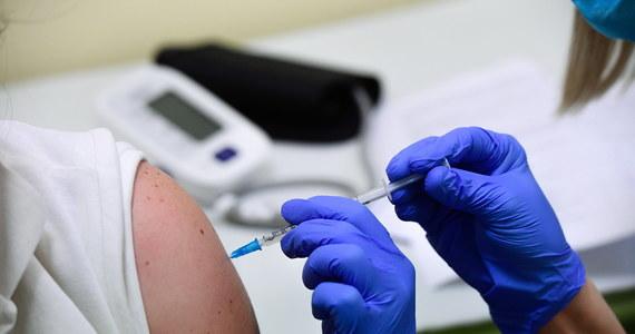 Europejska Agencja Leków wydała pozytywną opinię ws. dopuszczenia do obrotu w UE szczepionki przeciw Covid-19 wyprodukowanej przez firmę Moderna. Po kilku godzinach także Komisja Europejska poinformowała o wpuszczeniu preparatu na rynek.