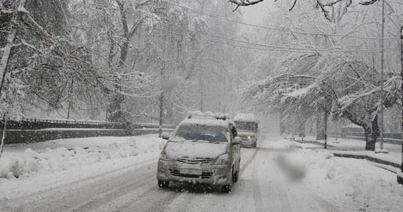 Dziś w nocy i jutro rano intensywne opady śniegu w centralnej Polsce. Uważajcie za kierownicą, warunki na drogach mogą być trudne - przypomniało w środę po południu Rządowe Centrum Bezpieczeństwa.