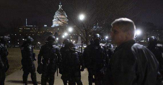 Cztery osoby zmarły w środę po bezprecedensowych zamieszkach na terenie Kapitolu - informuje waszyngtońska policja. Co najmniej 52 osoby zostały zatrzymane. Znaleziono też dwie bomby rurowe. W środę po południu, czasu lokalnego, zwolennicy prezydenta Donalda Trumpa wtargnęli do Izby Reprezentantów i Senatu. Przerwali obrady Kongresu, który zebrał się, aby ostatecznie zatwierdzić wyniki wyborów prezydenckich z 3 listopada 2020 roku, wygranych przez demokratę Joe Bidena.