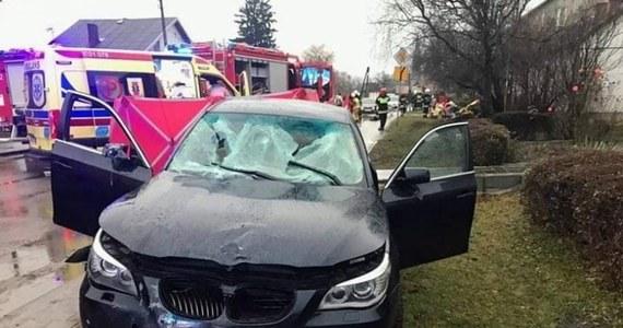 Zarzut spowodowania wypadku drogowego, w którym zginęły dwie osoby, przedstawiła 26-letniemu kierowcy prokuratura w Łowiczu. Mężczyzna kierując samochodem bmw wjechał na chodnik i uderzył w grupę czterech osób. Grozi mu kara do 8 lat więzienia.