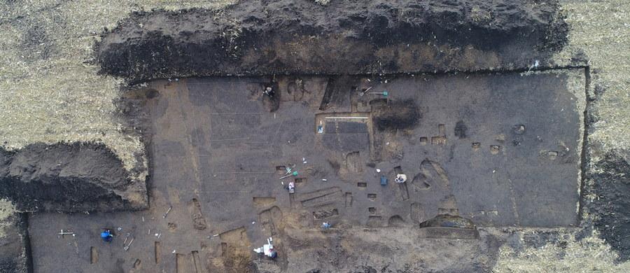 W miejscowości Gać na Podkarpaciu archeologom udało się odkryć dobrze zachowany szkielet dziecka z okresu wpływów rzymskich, a więc z II wieku n.e. Odkrycie pozwoli na przeprowadzenie badań izotopowych i badań DNA, które nie tylko określą, ile lat miało dziecko, ale także to, co jadało, skąd pochodziło i gdzie podróżowało. O tym, jak udało się dotrzeć do miejsca pochówku i co cennego jeszcze wykopali naukowcy z dr Anną Lasotą-Kuś z Instytut Archeologii i Etnologii Polskiej Akademii Nauk w Krakowie rozmawiała dziennikarka RMF FM Magdalena Opyd.