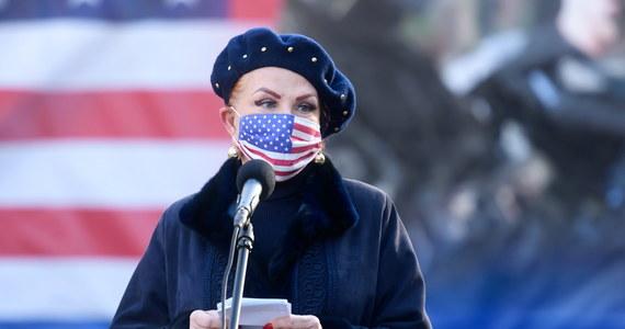 """Georgette Mosbacher - ambasador USA w Polsce - w specjalnym oświadczeniu skomentowała bezprecedensowe zamieszki w Waszyngtonie. W środę po południu czasu lokalnego zwolennicy prezydenta Donalda Trumpa wtargnęli do Izby Reprezentantów i Senatu. Przerwali obrady Kongresu, który zebrał się, aby ostatecznie zatwierdzić wyniki wyborów prezydenckich z 3 listopada 2020 roku, wygranych przez Joe Bidena. """"Wczorajsze wydarzenia na Kapitolu nie odzwierciedlają tego, kim jako Amerykanie jesteśmy ani za czym się opowiadamy"""" - napisała Mosbacher."""
