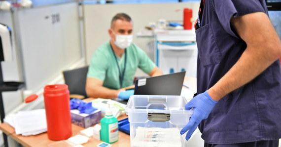 """Na ten moment mamy zaszczepione w Polsce 177 tys. 863 osoby w Polsce - poinformował w czwartek szef KPRM Michał Dworczyk. Do punktów szczepień - jak mówił - dostarczono 204 tysiące dawki szczepionki. Z nich 215 dawek zostało zutylizowanych. Jak dodał, """"proces szczepień jest wciąż w fazie rozruchu, ale będzie przyspieszał; w tym momencie na tle Europy zajmujemy trzecie miejsce pod względem liczby zaszczepionych osób""""."""