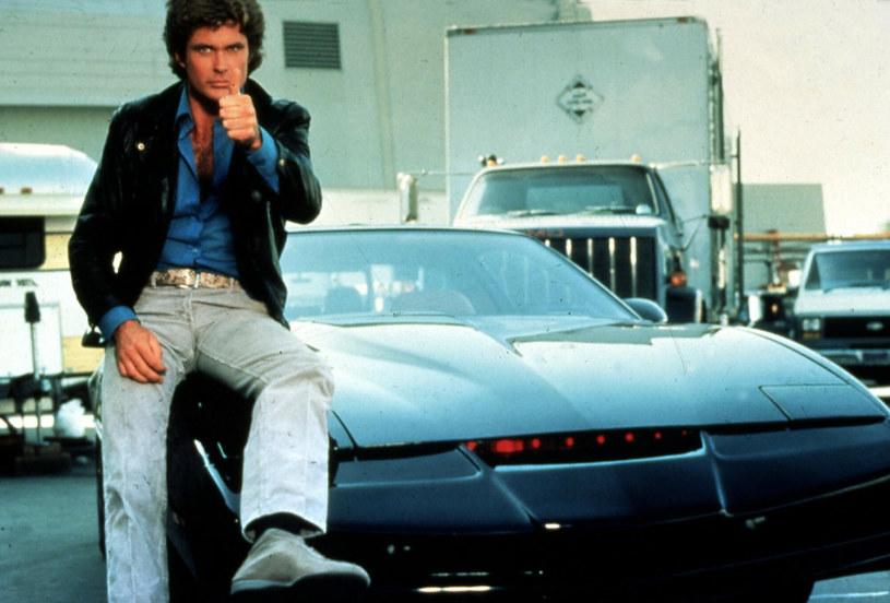 """Drugim serialem obok """"Słonecznego patrolu"""", który przyniósł Davidowi Hasselhoffowi wielką popularność, był """"Nieustraszony"""". W tej produkcji z elementami sci-fi grany przez niego bohater poruszał się wyposażonym w sztuczną inteligencję autem. Po latach aktor postanowił sprzedać kultowy wóz. W przeciwieństwo do tego serialowego, nie posiada on jednak tylu supernowoczesnych udogodnień."""