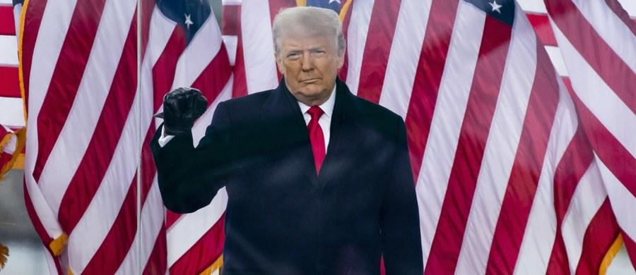 """""""Demonstranci, którzy dostali się na Kapitol, zhańbili siedzibę amerykańskiej demokracji"""" - stwierdził w wydanym oświadczeniu prezydent USA Donald Trump. """"Tak jak wszyscy Amerykanie jestem oburzony przemocą, bezprawiem i chaosem"""" - podkreślił, odnosząc się do zamieszek wywołanych przez jego zwolenników."""