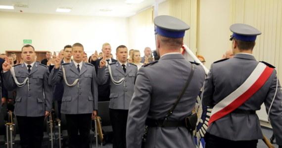 W policji pojawiło się drugie ślubowanie. Jak dowiedział się reporter RMF FM, nową przysięgę mają składać funkcjonariusze promowani na pierwszy stopień oficerski.