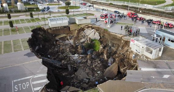 We włoskim Neapolu zapadła się ziemia. Do olbrzymiej dziury, która powstała na parkingu przy szpitalu, powpadały zaparkowane na nim samochody. Nikomu nic się nie stało, ale trzeba było ewakuować pacjentów leczonych w placówce na Covid-19.