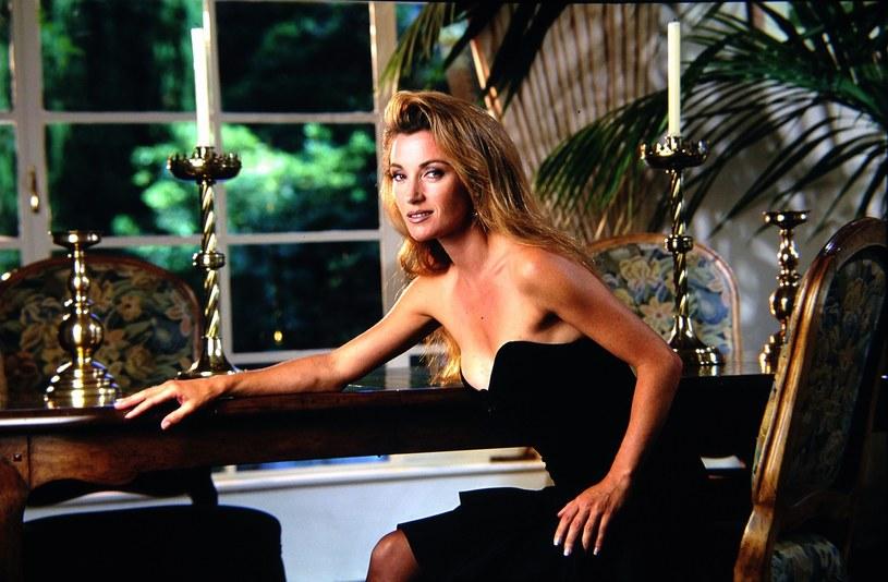 """Gwiazda serialu """"Doktor Quinn"""" i niegdysiejsza dziewczyna Bonda w najnowszym wywiadzie opowiedziała o swojej innej, nieznanej dotąd roli. Seymour wiele lat temu była muzą duetu designerów odpowiedzialnych za stworzenie ślubnej kreacji księżnej Diany. Aktorka wyznała też, że posiada kolekcję replik sukienek zaprojektowanych z myślą o Lady Di."""