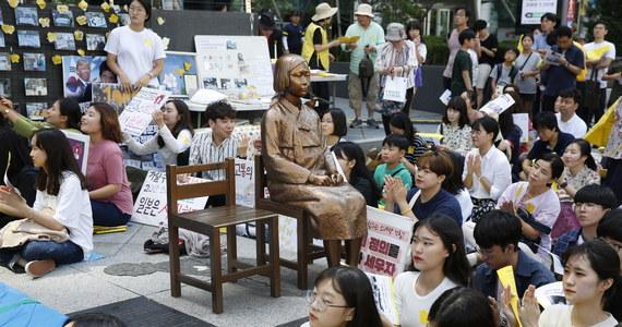 """Japonia musi wypłacić odszkodowania koreańskim """"pocieszycielkom"""" - kobietom wykorzystywanym seksualnie przez japońską armię w czasie II wojny światowej. Tak orzekł sąd w Korei Południowej. Sprawa jest przyczyną poważnych napięć w relacjach obu krajów."""
