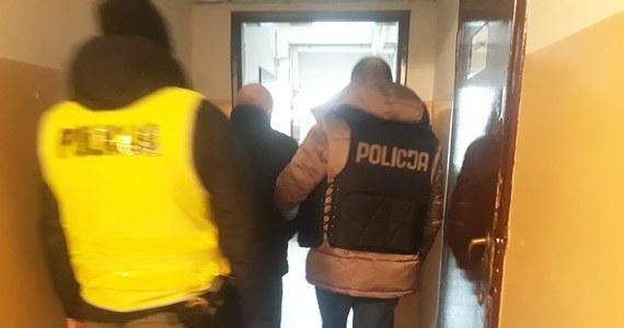 35-letnia kobieta, zamordowana kilka dni temu w Rypinie w Kujawsko-Pomorskiem, zginęła od pięciu ciosów nożem, z których jeden trafił w serce i płuco: takie informacje przyniosła sekcja zwłok kobiety. Z ustaleń po sekcji wynika, że sprawca był wcześniej przeszkolony w posługiwaniu się nożem: ma o tym świadczyć sposób, w jaki posługiwał się tym narzędziem. O zbrodnię podejrzany jest 39-letni były mąż ofiary.