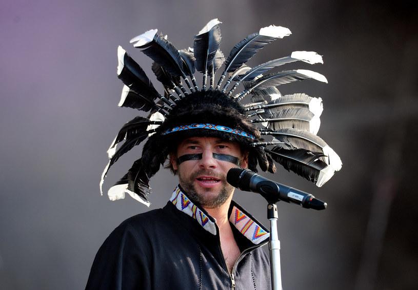 """Jake Angeli, czyli Szaman, błyskawicznie stał się symbolem zamieszek wokół Kapitolu z 6 stycznia. Ze względu na nakrycie głowy internauci zaczęli porównywać go do Jamiroquaia. Ten skomentował """"podobieństwo""""."""