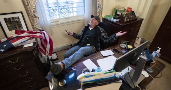Amerykańskie służby poinformowały, że zatrzymały mężczyznę, który robił sobie zdjęcia przy biurku Nancy Pelosi podczas środowego szturmu na Kapitol. Richard Barnett został także oskarżony o kradzież poczty spikerki Izby Reprezentantów.