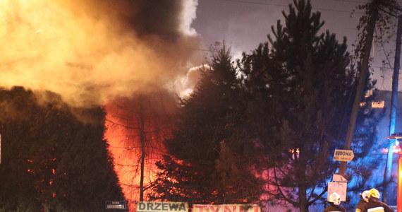 Pożar w podkrakowskich Balicach. Ogień pojawił się w budynku produkcyjno-handlowym, spaliły się także dwa samochody osobowe. Nikomu nic się nie stało, pożar jest opanowany i trwa dogaszanie.