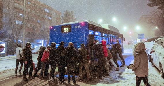W znacznej części Hiszpanii nastąpiło w piątek wieczorem gwałtowne załamanie pogody w związku z burzą śnieżną Filomena, międzynarodowe lotnisko w Madrycie zostało zamknięte, ponad 420 dróg jest nieprzejezdnych, zawieszono kursowanie wielu pociągów.