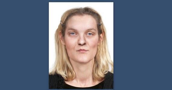 Prokuratura Regionalna w Warszawie prowadzi śledztwo w sprawie zabójstwa młodej kobiety, której zwłoki, w stanie znacznego rozkładu, znaleziono w garażu przy ulicy Karczewskiej na Pradze Południe. Śledczy poszukują osób, które rozpoznają ofiarę brutalnego mordu. PAP dotarła do nieznanych dotąd szczegółów.