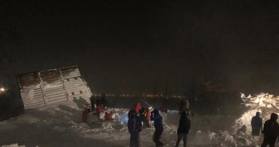 """Pod lawiną, która zeszła na ośrodek narciarski """"Góra Osobna"""" w pobliżu Norylska, zginęły trzy osoby. Informację przekazało ministerstwo ds. obrony cywilnej, sytuacji nadzwyczajnych i likwidacji skutków klęsk żywiołowych Kraju Krasnojarskiego."""