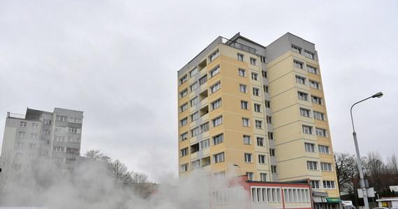 Do awarii sieci ciepłowniczej doszło w sobotę rano na placu Komorowskiego w Gdańsku-Wrzeszczu. Odcięte od dostawy ciepłej wody i ogrzewania zostały budynki w kilku gdańskich dzielnicach i w Dolnym Sopocie. Usuwanie usterki potrwa do niedzieli. Mieszkańcy powoli odzyskują ciepło.