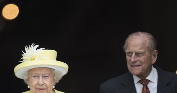 Brytyjska królowa Elżbieta II i jej mąż, książę Filip zostali w sobotę zaszczepieni przeciw Covid-19 - poinformował Pałac Buckingham. Obydwoje z racji wieku znajdowali się w pierwszej grupie priorytetowej do szczepień.