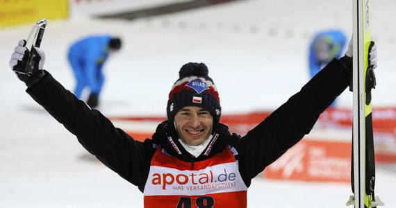 Fantastyczna forma Polaków w zawodach Pucharu Świata w niemieckim Titisee-Neustadt. Zwyciężył Kamil Stoch, który poszybował na odległość aż 144 metrów. Drugie miejsce zajął Norweg Halvor Egner Granerud. Trzeci stopień na podium wywalczył Piotr Żyła. Po raz dwudziesty w historii dwaj Polacy stanęli na podium konkursu Pucharu Świata.