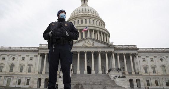 Na Florydzie zatrzymano mężczyznę, który podczas środowego szturmu na Kapitol ukradł mównicę z Izby Reprezentantów. Łącznie zatrzymano już ponad 80 osób, które wdarły się do budynku.