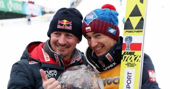 """Kamil Stoch dzięki sobotniemu triumfowi w niemieckim Titisee-Neustadt zrównał się w liczbie wygranych konkursów indywidualnych Pucharu Świata w skokach narciarskich ze swoim wielkim poprzednikiem Adamem Małyszem. Utytułowany skoczek, a obecnie dyrektor do spraw skoków narciarskich w Polskim Związku Narciarskim, przyznał z kolei w jednym z wywiadów, że """"mamy teraz najmocniejszą ekipę w historii""""."""