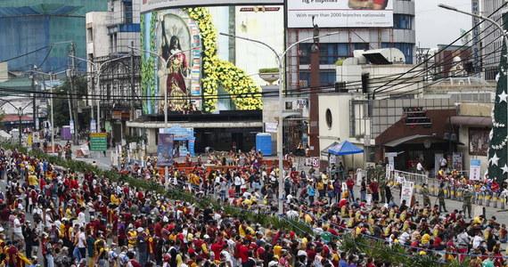 Ok. 400 tysięcy wiernych wzięło w sobotę udział w odbywającym się w Manili święcie Czarnego Nazarejczyka – wynika z szacunków miejscowej policji. Tłumy pielgrzymów przyjechały do stolicy Filipin, mimo, że w tym roku ze względu na trwającą pandemię tradycyjną procesję odwołano.