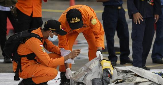 W rejonie, gdzie prawdopodobnie rozbił się w sobotę Boeing 737 indonezyjskich linii Sriwijaya Air, ratownicy wydobyli z morza ludzkie szczątki, ubrania i kawałki metalu -  poinformowała w niedzielę policja. Na pokładzie samolotu były 62 osoby.