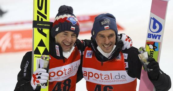 W niedzielę, podobnie jak w sobotę, w zawodach Pucharu Świata w niemieckim Titisee-Neustadt wystartuje siedmiu polskich skoczków narciarskich. W sobotnim konkursie po raz dwudziesty w historii dwaj Polacy stanęli na podium konkursu Pucharu Świata - wygrał Kamil Stoch, trzeci był Piotr Żyła.